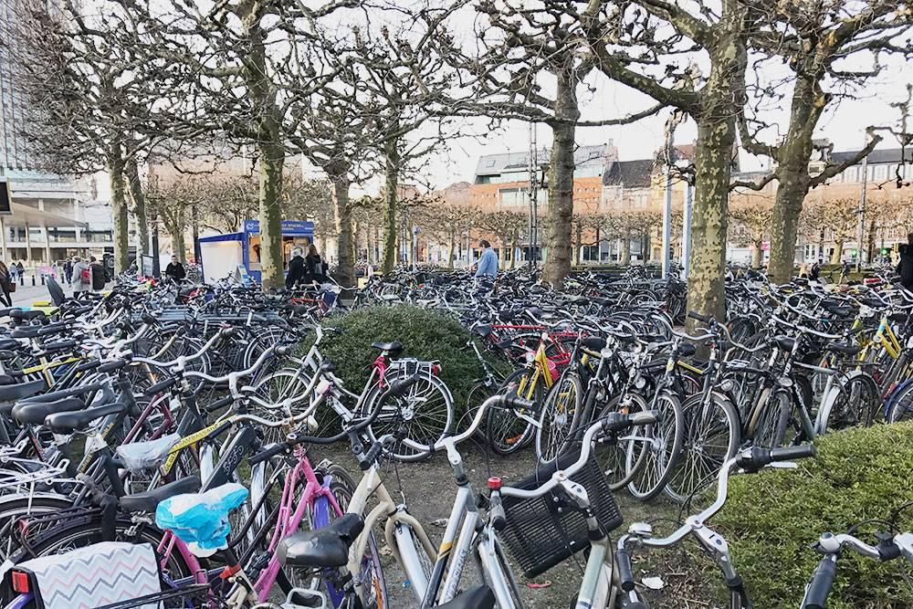 Это стоянка велосипедов рядом с ж/двокзалом
