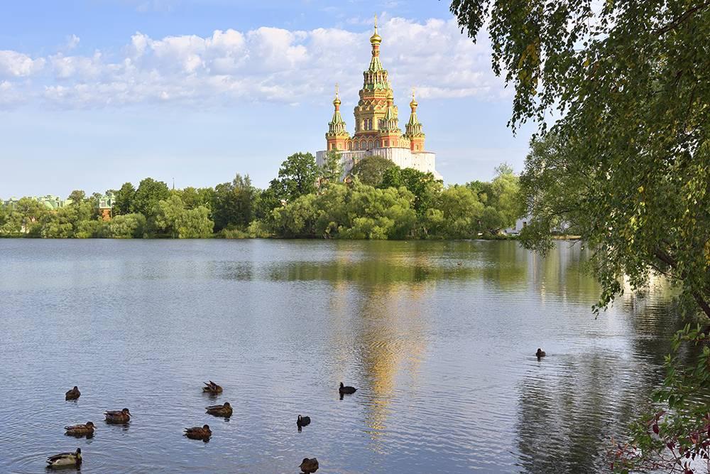 Церковь Петра и Павла возвышается над Колонистским парком. Источник: Arh-sib / Shutterstock