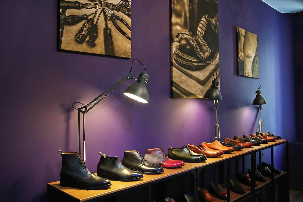 В бутике клиенты примеряют готовую обувь и составляют свою пару вместе с консультантом
