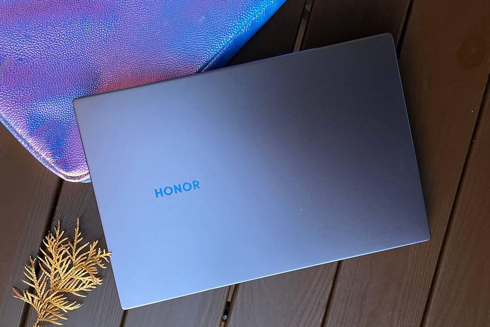 Крышка ноутбука смотрится сдержанно, но не скучно благодаря синему анодированию кромки и логотипа. Корпус выполнен из металла