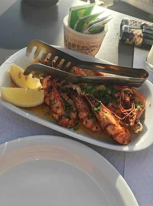 Вкусные креветки с чесноком на пляже Garajau. Порция стоит 13€