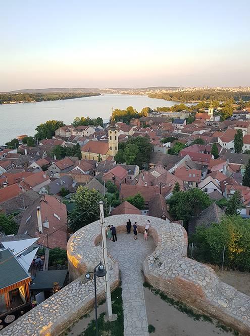 Башню Гардош построили венгры в 1896году в честь тысячелетия своего пребывания на этих территориях