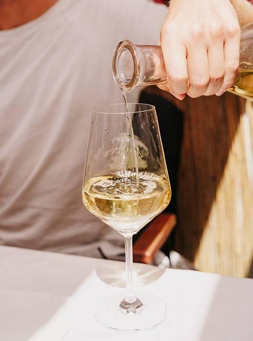 Когда вино приносят в кувшине, сложно следить за объемом выпитого