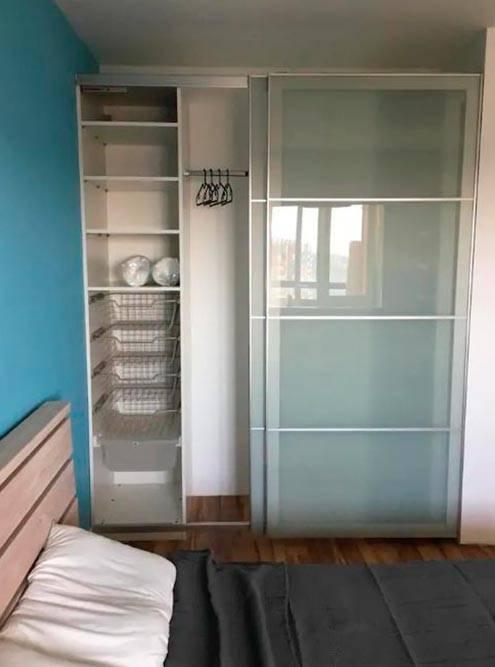 В спальне установлен вместительный шкаф, а прямо рядом со входом гардеробная дляверхней одежды