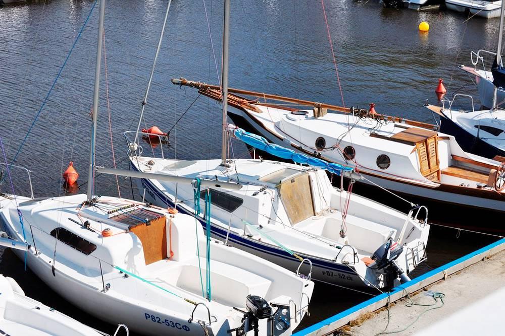 Час прогулки на парусной яхте стоит 5 тысяч рублей