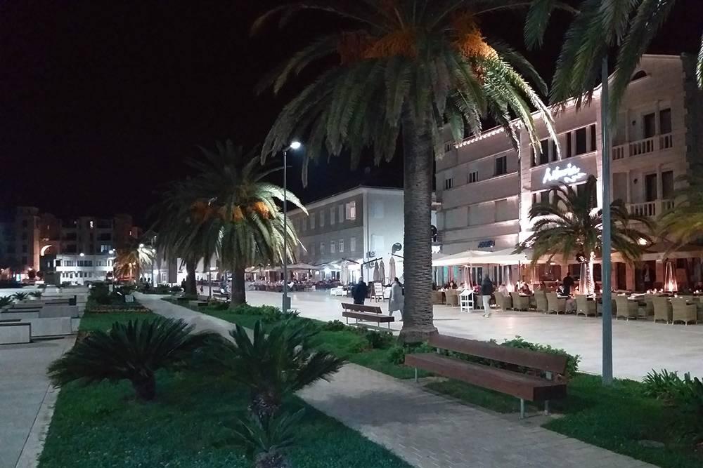 На набережной Тивата в девять вечера красиво и спокойно
