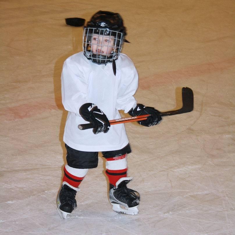 Сын моих знакомых Савелий впервые встал на лед в три с половиной года. Фото из семейного архива Соловьевых