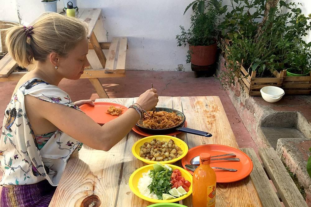 Готовлю ужин на всех в общинном доме: кукурузные лепешки, салат, жареная картошка и паста с овощами