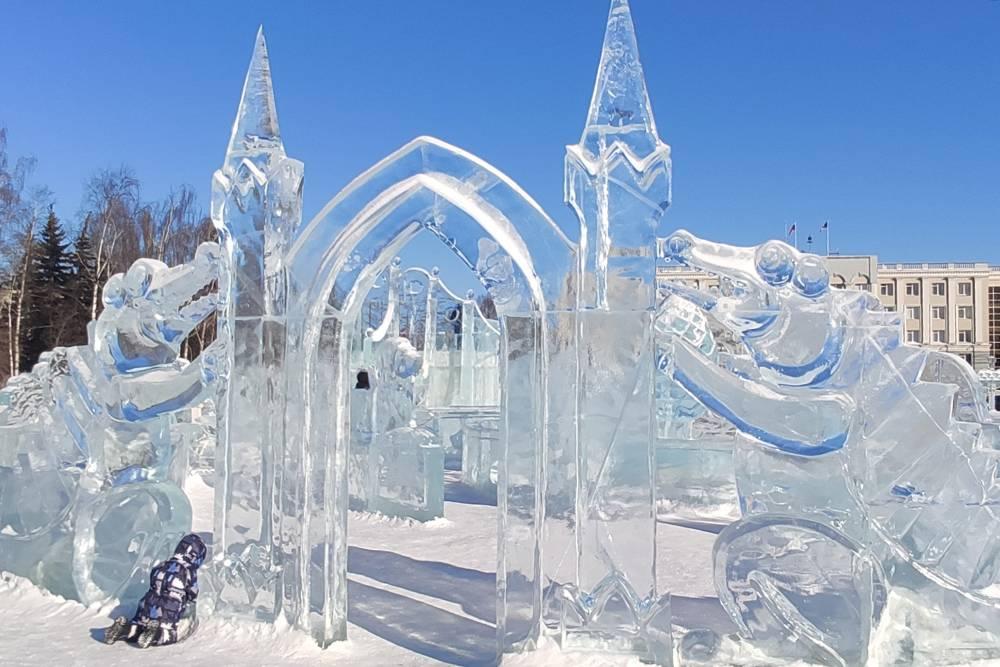 Зимой на площади у театра строят детский ледяной городок, куда проскальзывают и взрослые