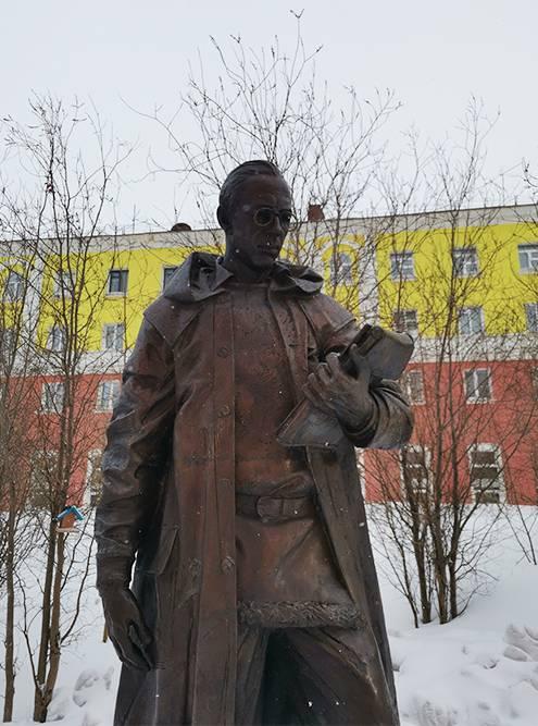 В сквере справа от музея установлен памятник Николаю Урванцеву. Деньги на памятник люди собирали сами, еще часть добавил «Норникель»
