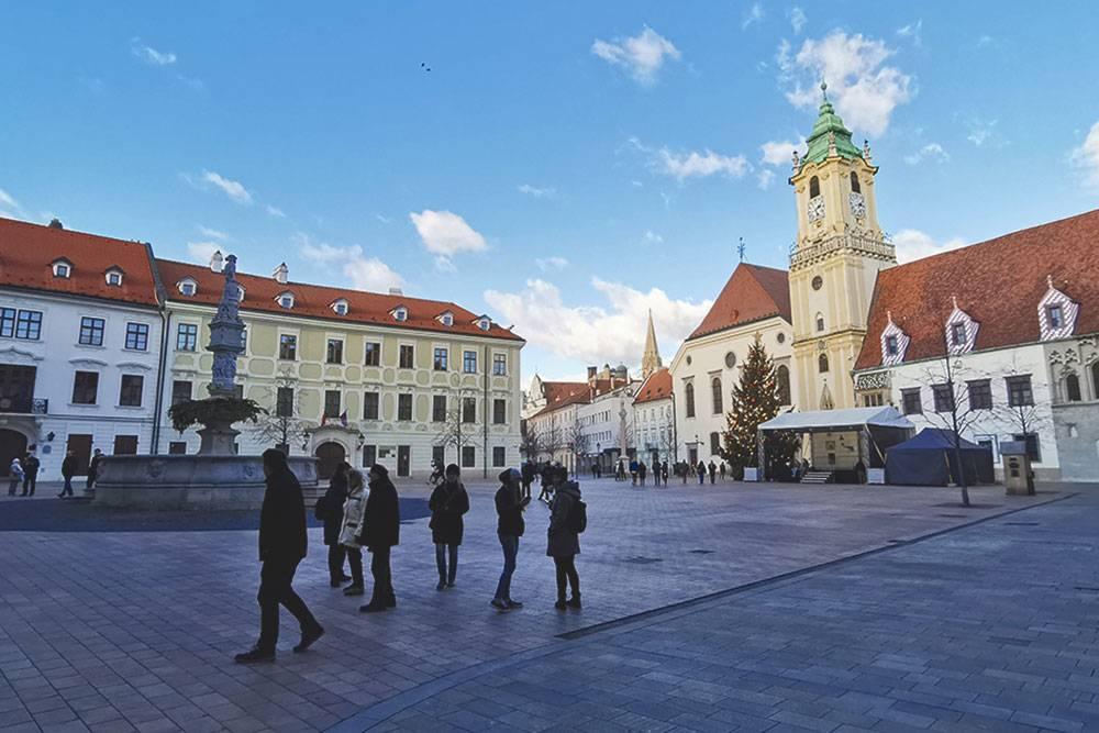 Фонтан Роланда и Старая ратуша напротив него. В Средневековье площадь была главным рынком Братиславы. Сейчас торговые ряды разворачиваются два раза в год: на Рождество и Пасху