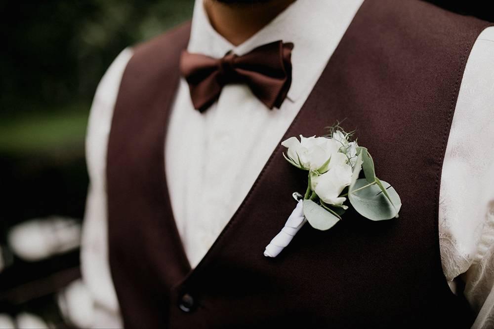 Декораторы сделали две свадебные бутоньерки на случай, если первая растреплется или завянет