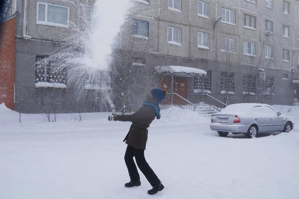 Поучаствовала в дубак-челлендже: если на морозе вылить кипяток, он мигом замерзает