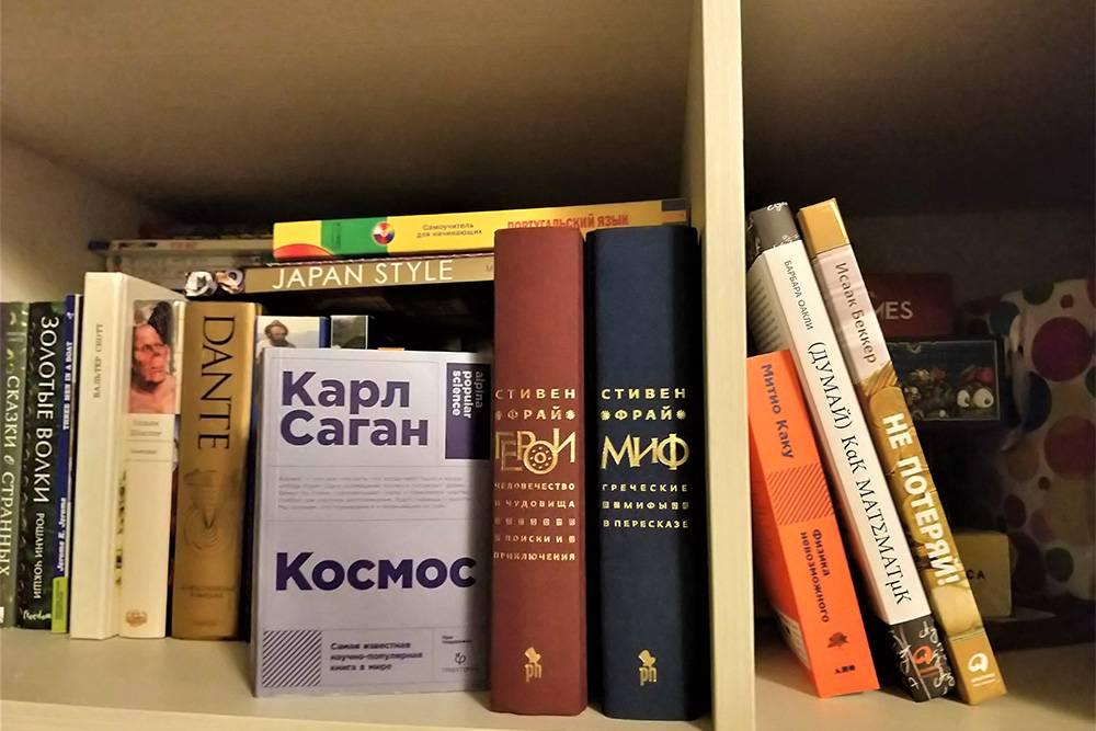 Слева — книги, которые я читаю или уже прочитала. Справа — те, что ждут очереди на прочтение по дороге на работу и перед сном. Данте я не читала — это из дефолт-библиотеки подруги. Не знаю, дойдутли до него руки