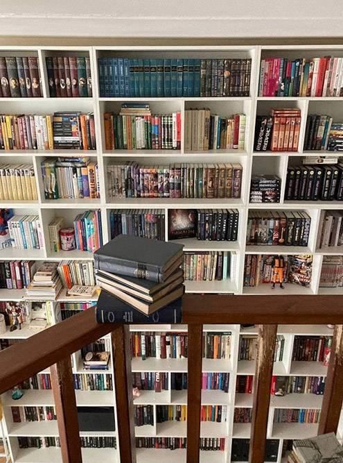 Новые менее глубокие, но шире — и будут вмещать на тысячу книг больше. Еще они будут переходить во второй этаж одной большой цельной конструкцией