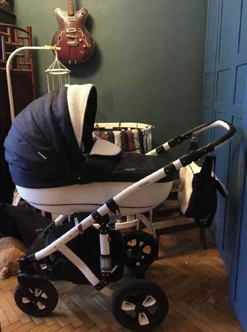 Первая коляска моего сына — классическая люлька: этим транспортом он пользовался с рождения и до пяти месяцев