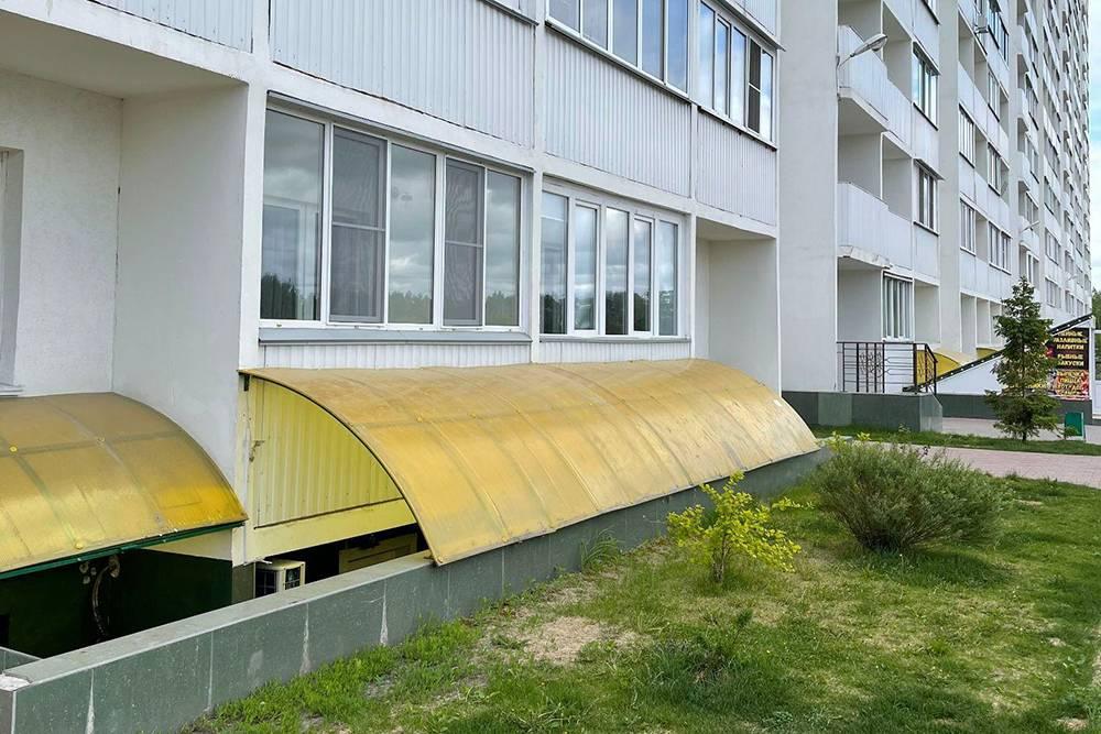 Коммерческие помещения цокольного этажа расположены под желтыми козырьками из плексигласа