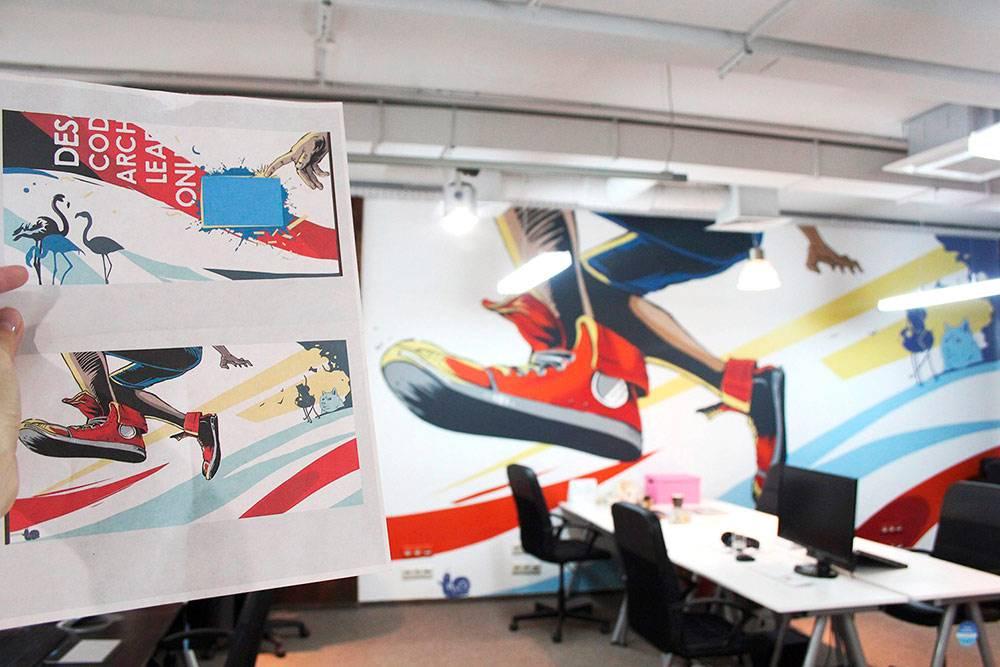 Эскиз и рисунок на стене практически идентичны. Разница может быть только в цвете из-за разной палитры программных цветов и реальной краски, а еще из-за освещения в помещении. Офис «Нетологии»