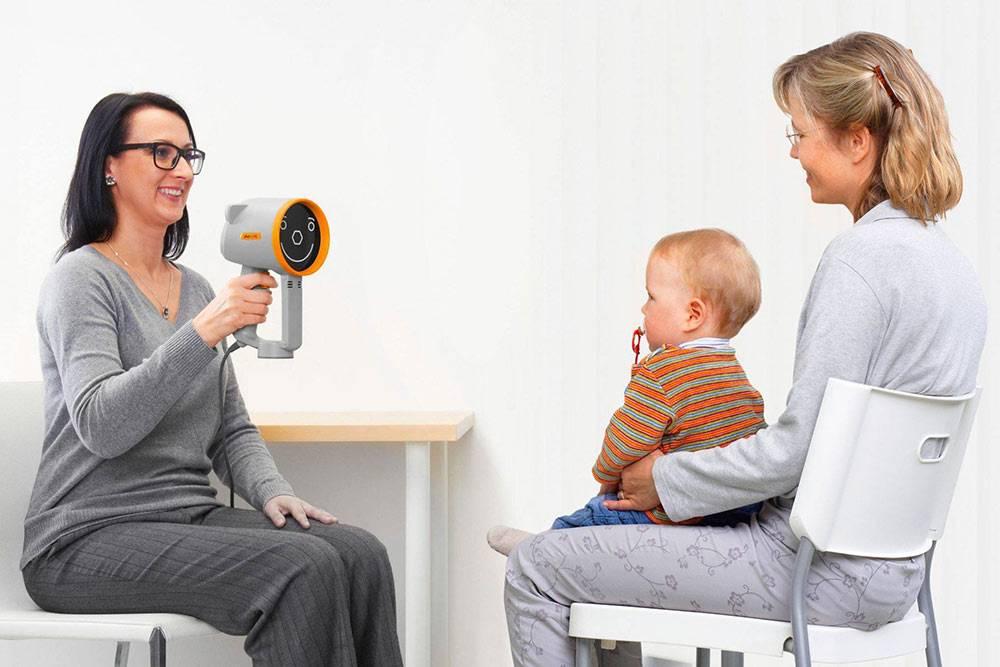 В отличие от взрослого, детский авторефрактометр бесконтактный: врач находится на расстоянии пары метров, пока ребенок сидит на руках у родителей, прибор испускает звук, ребенок реагирует и прибор автоматически все измеряет. Источник: Plusoptix