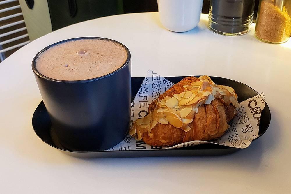 Миндальный круассан с какао стоит 150<span class=ruble>Р</span>