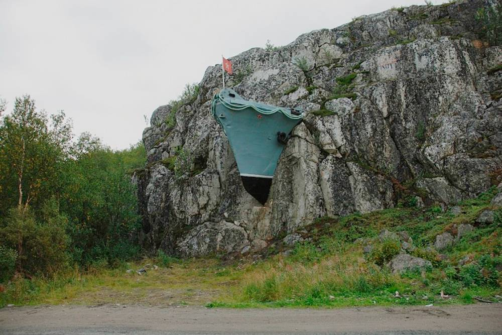 В поселке установлен памятник в честь военных заслуг моряков — нос корабля в скале