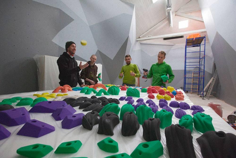 Из скалодромов, построенных на заказ, самый крупный находится в Красном Селе. Его открыли в августе 2016года: разработали скалолазные плоскости, уложили маты и накрутили трассы