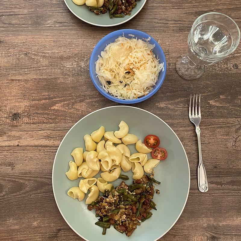 Макароны, фасоль, обжаренная с яйцом и грецким орехом, квашеная капуста в качестве салата