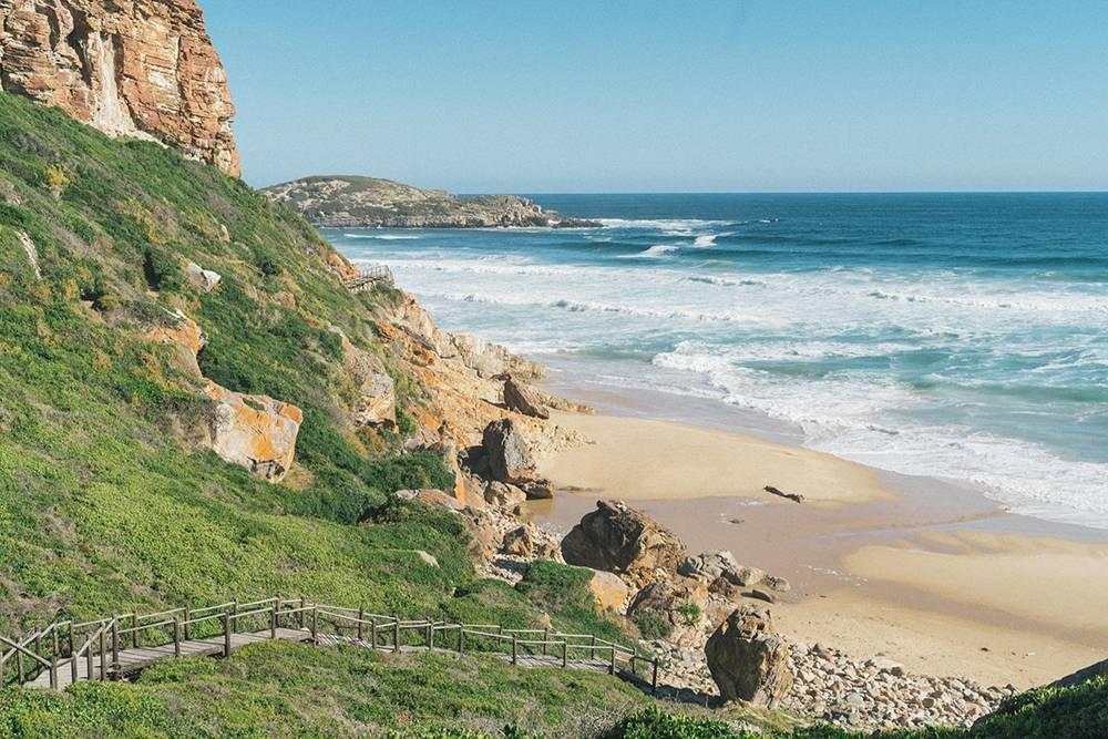 В ЮАР Атлантический иИндийский океаны сливаются воедино. В Кейптауне, гдеАтлантика, вода холодная, аволны сильные, купаться некомфортно, ноклассно серфить. Восточнее, вИндийском океане, вода теплее