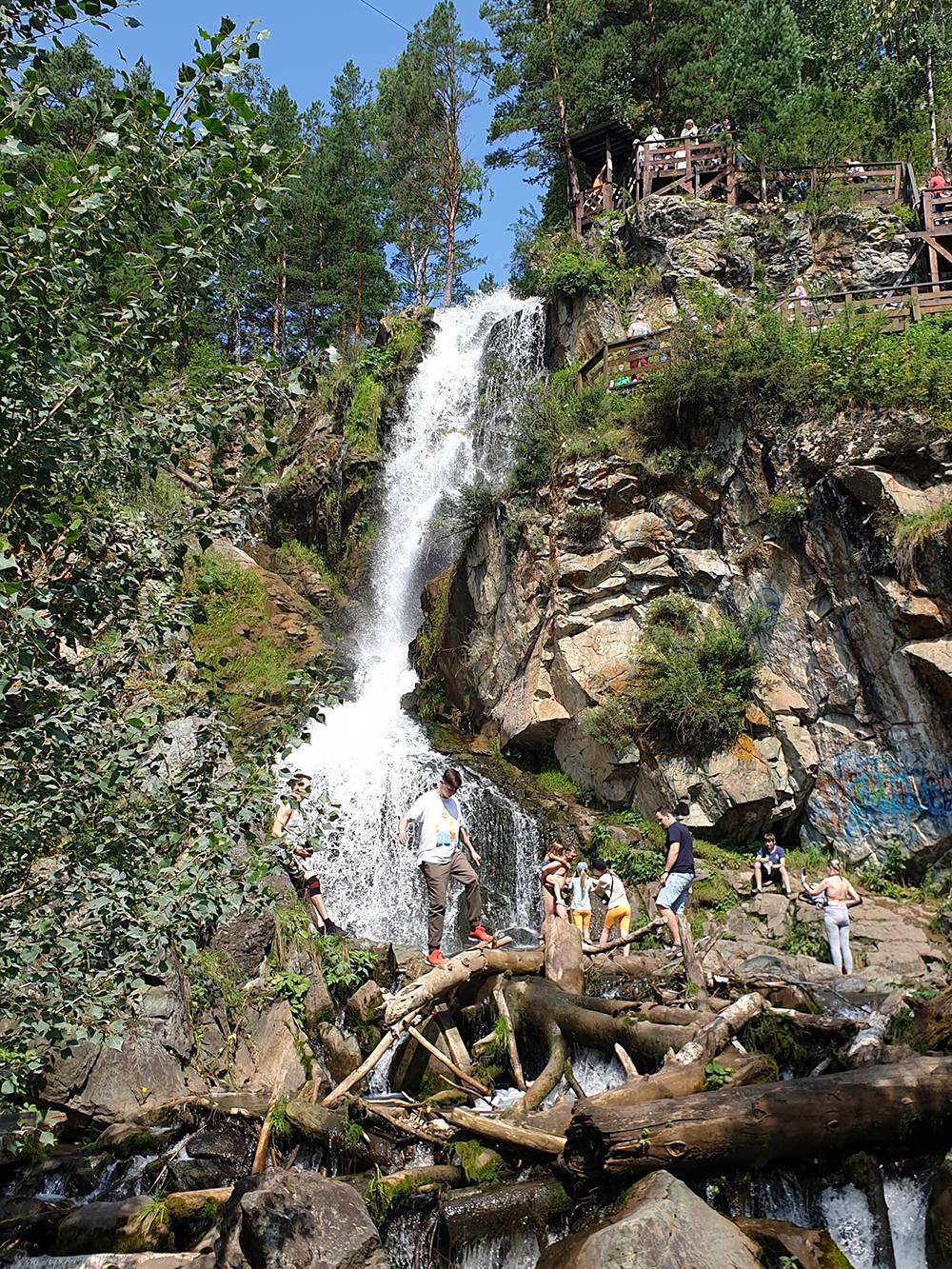 Дойти до водопада можно и пешком через мост, но специально ради него ехать туда не стоит: зрелище не того масштаба