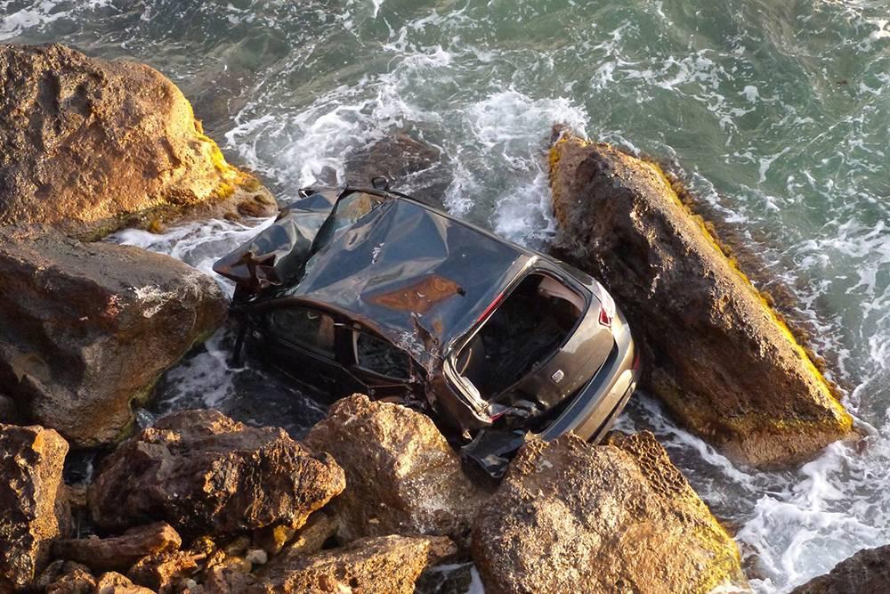 Падение с обрыва и морская вода уничтожили автомобиль в Севастополе, восстанавливать его бесполезно