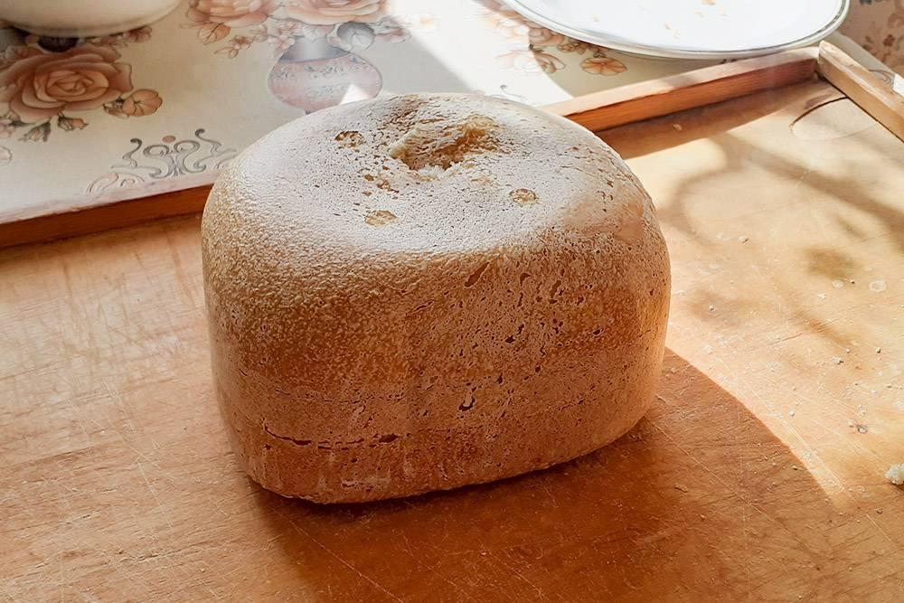 Остынет подтряпочкой, потом разрежу на куски и положу в мешок. Его трудно резать из-за плотной хрустящей корочки, но родители предпочитают нарезанный хлеб