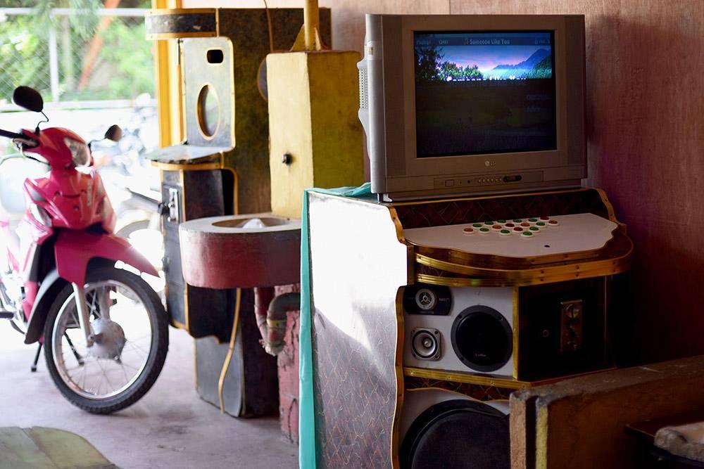 Примитивный и самый распространенный аппарат для караоке в кафе на острове Самал