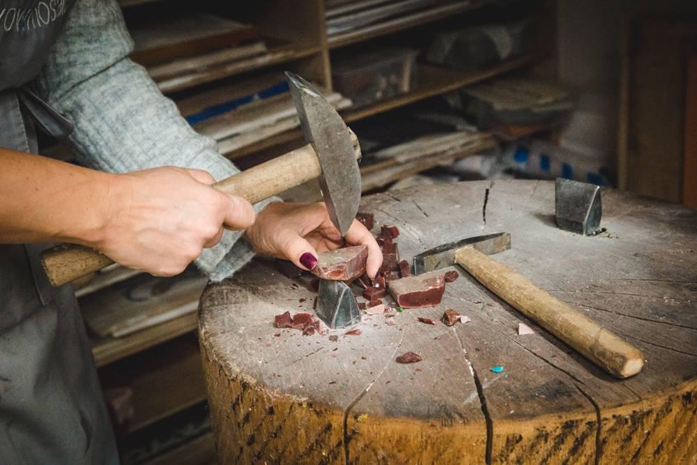 Занятия мозаикой нестерильны: при работе образуется пыль от камня или клея. Ученикам выдают фартуки, чтобы не испачкаться. Но пыли и неприятного запаха мало — мозаикой могут заниматься дети