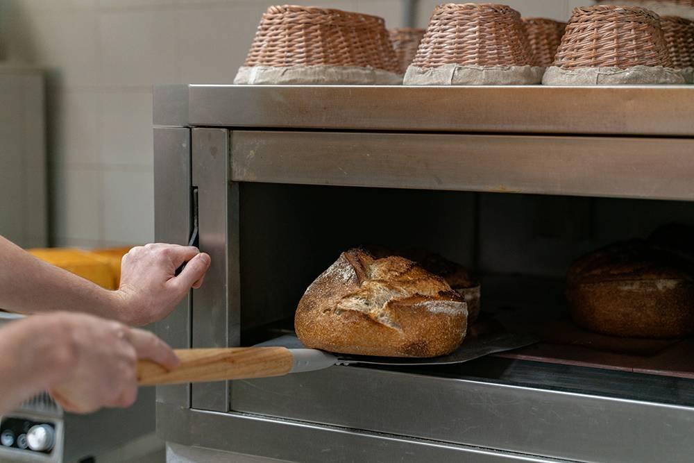 В печи важно поддерживать высокую влажность. Через 10минут после начала выпекания хлеба мы выпускаем пар инапониженной температуре отпекаем еще 20минут. Фото: Виктор Юльев