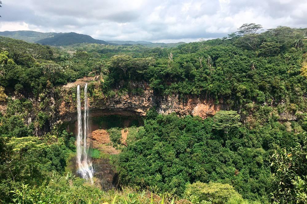 Водопад Шамарель образуют рукава рек. Они падают с высоты 100 метров в кратер давно потухшего вулкана
