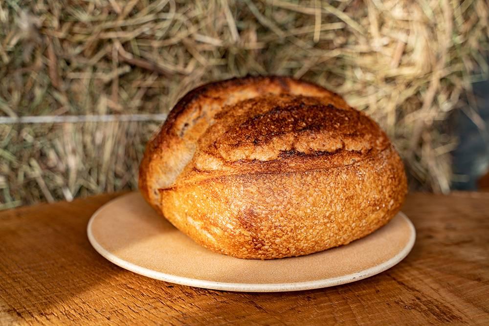 Это тартин — один из наших базовых хлебов. Раньше явыпекал его дома, это было неудобно, имне хотелось добиться стабильного вкуса икачества. Фото: Виктор Юльев