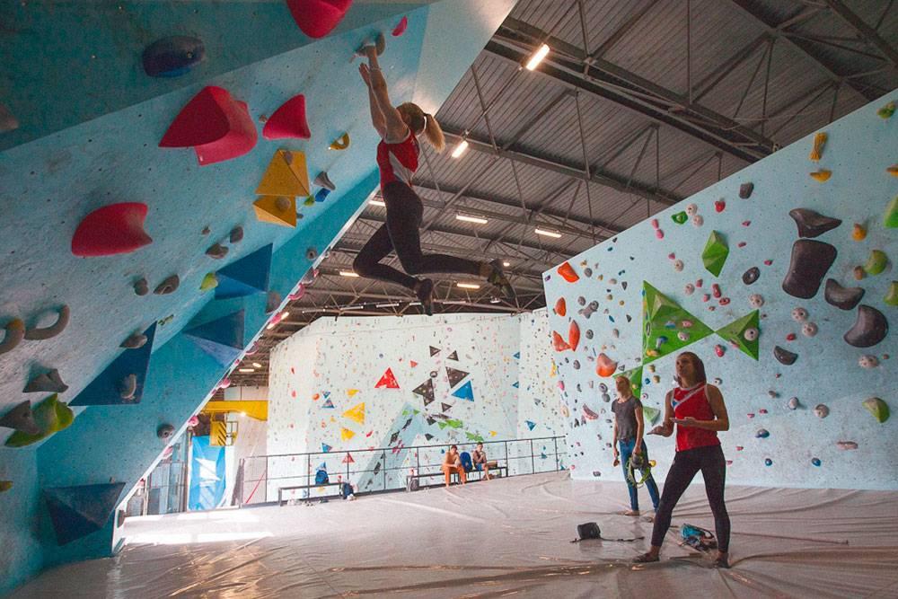 Сборные команды по скалолазанию, ученики спортивных школ и члены альпклубов занимаются по договору. Дляних заранее составляют расписание. Как правило, выбирают менее загруженные дни — с понедельника по среду. На фото — тренировка молодежной сборной Красноярского края