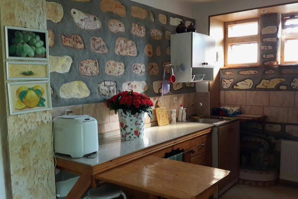 Кухня в нашем доме. Маленькая, но с креативной отделкой из натурального камня