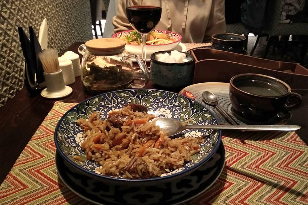 Наш ужин в ресторане «Узбечка»: плов, лагман, чай, вино. Позже принесут десерт