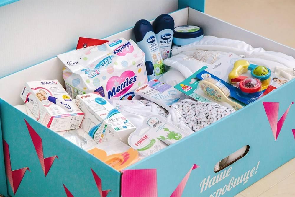 Так выглядит коробка с подарками, которую выдают в роддомах Москвы при&nbsp;выписке. Вместо нее можно получить выплату размером 20 000<span class=ruble>Р</span>. Источник: «Роды в Москве»