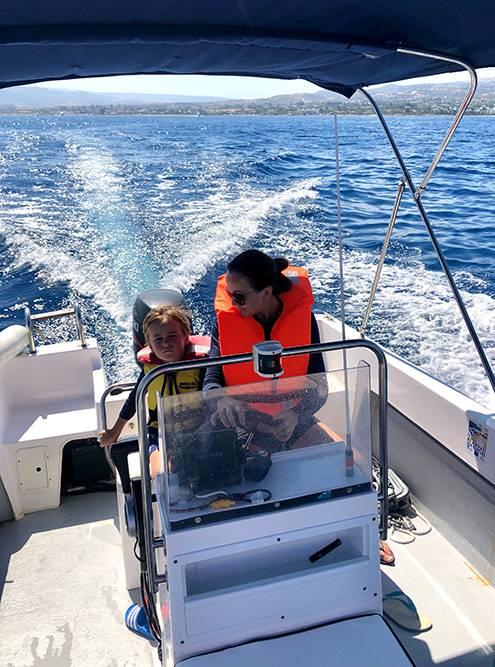До Кипра я и не думала, что можно просто вот так взять и управлять лодкой