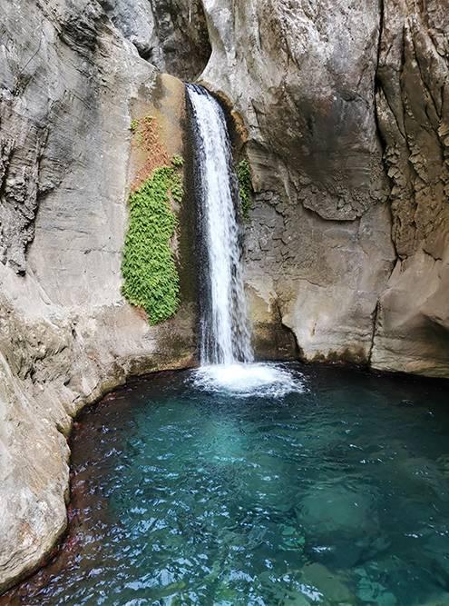Дорога в каньоне заканчивается вот этим водопадом, дальше пройти не получится. Я хотел подплыть к нему, но передумал из-за слишком холодной воды