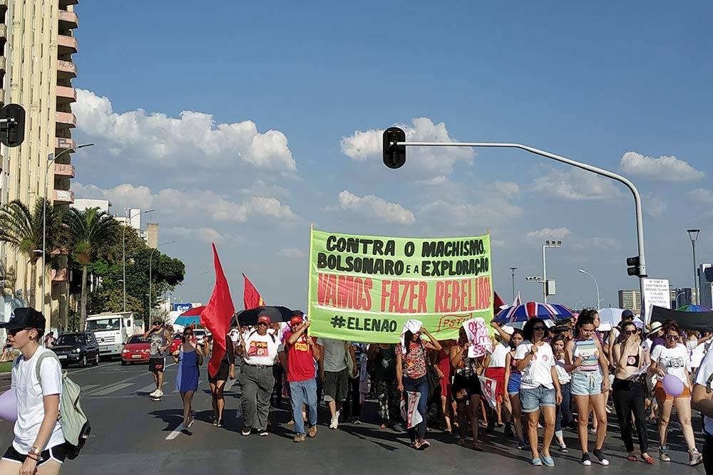 Так в Бразилиа проходили протесты против нынешнего президента Жаира Болсонару перед выборами. Наплакате написано: «Против мачизма, Болсонару иэксплуатации. Давайте устроим бунт!»