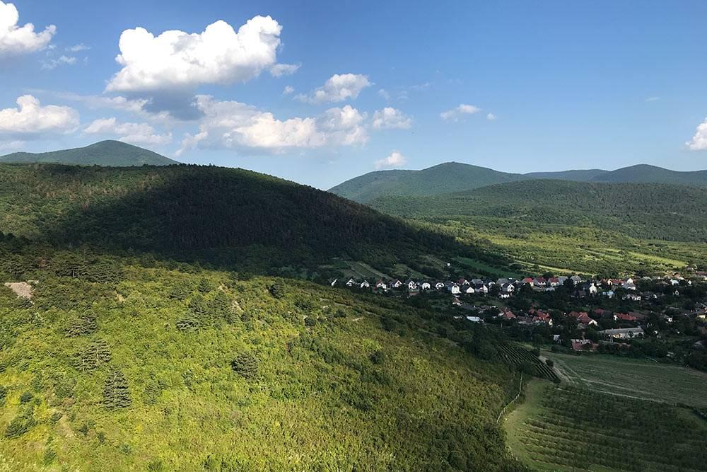 Венгрия с Земпленских гор. Этот массив занимает крупную часть насевере страны и заходит натерриторию Словакии. Высота некоторых пиков всего около500м, новиды головокружительные