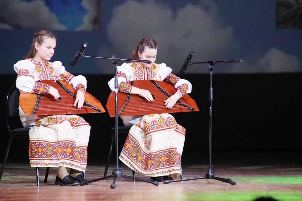 Участники Удмуртского общества финно-угорских народов «Герд» играют на национальных инструментах. Источник: «Душевная Москва»