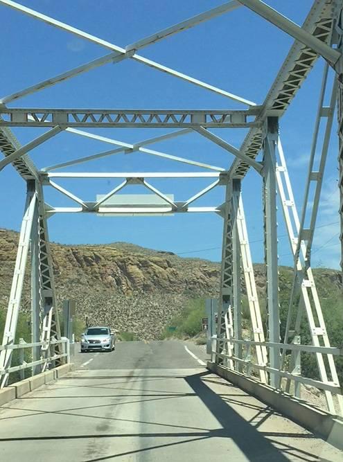 Встречная машина ждет, когда мы проедем по мосту. Два автомобиля на нем просто не разъедутся