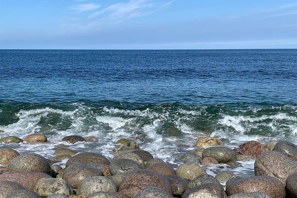 В солнечную погоду вода приобретает изумрудный оттенок — выглядит невероятно красиво