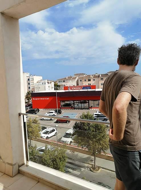 Эта трехкомнатная квартира стоила 950&nbsp;€ (89&nbsp;038&nbsp;<span class=ruble>Р</span>). В моем личном рейтинге это самый ужасный вид с балкона