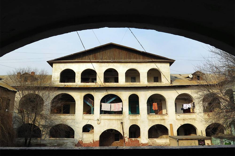 Персидское подворье середины 19 века с планировкой в духе средневекового караван-сарая. Когда-то здесь останавливались купцы, а сейчас в доме обычные квартиры