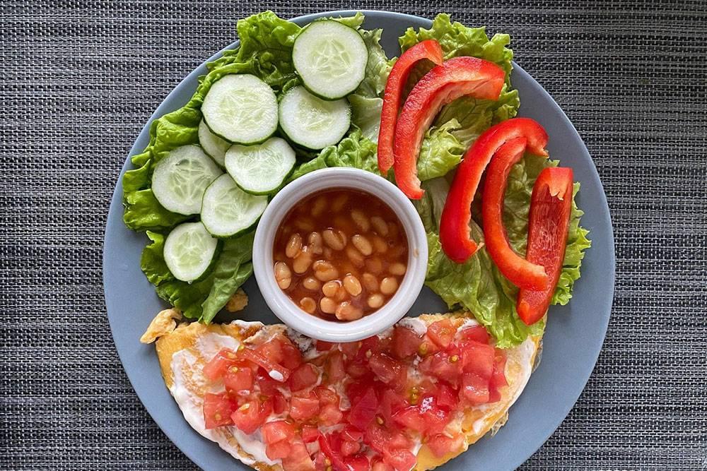 Еще один полезный завтрак — омлет с овощами и фасолью